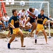 Julio Quesada, del equipo Barrio México en encuentro del Campeonato Nacional de Fútbol Playa. Domingo 20 de mayo de 2001