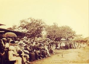 Aficionados presenciando un juego de fútbol en la Plaza de Barrio México, San José 1922. En el público el ex Presidente de la República Julio Acosta