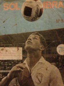 Roy Sáenz, máximo anotador en primera división del Barrio México. Uno de los primeros traspasos del fútbol costarricense cuando fue adquirido por la Liga Deportiva Alajuelense. Foto de portada de la edición 9 de la Revista Sol y Sombra (1968)