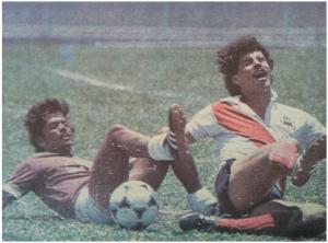 Wally Solano (Saprissa) y Giovanni Alfaro (Municipal San Jose) en disputa por el balón